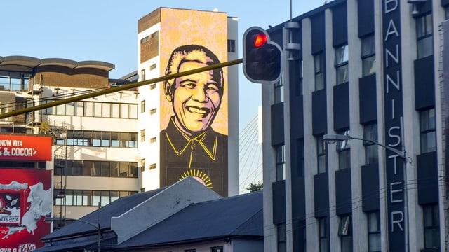 Zeichnung von Mandela an einer Hauswand.