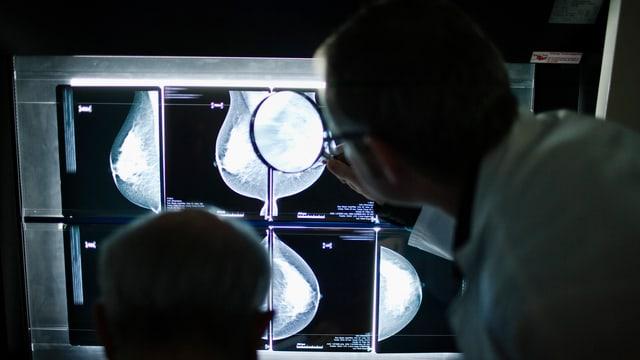 Ärzte vor einem Röntgenbild.