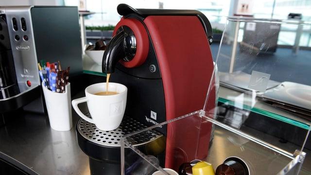 Aufnahme einer schwarz-roten Nespressomaschine in Betrieb.