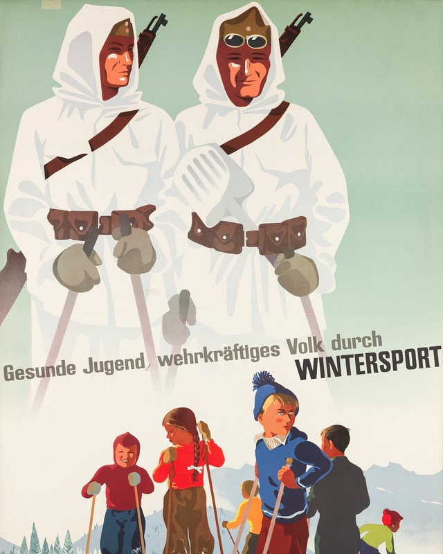 Zwei weiss gekleidete Männer in Skiausrüstung und mit Gewehr. Darunter Kinder in Skiausrüstung.