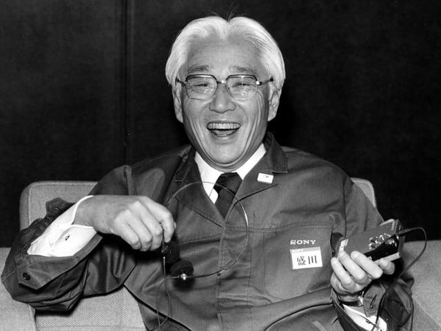 S/W-Bild: Ein lachender Mann mit einem Walkman in der Hand.