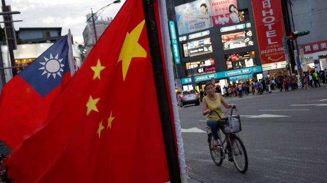 Chinesische und taiwanesische Flagge in einer Strasse.