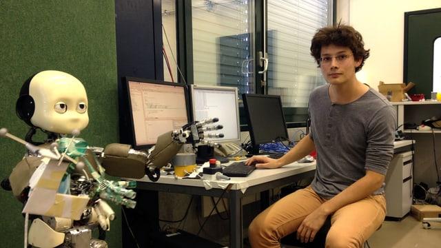 Forscher Nicolas Sommer mit dem Roboter «i-cub»