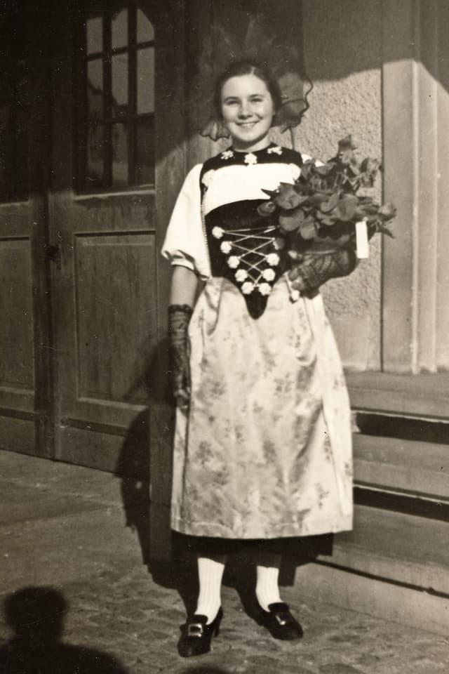 Vreni Kneubühl als junges Mädchen in der Tracht.