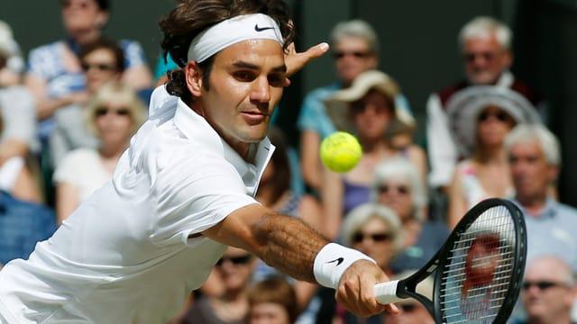 Roger Federer bei einem Rückhand-Ball.