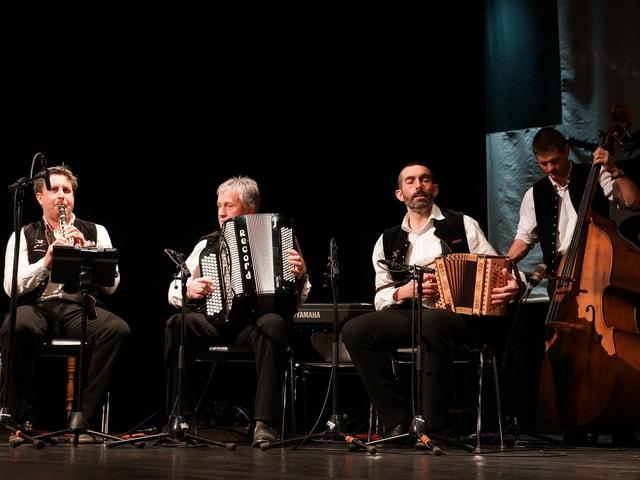 Ein Klarinettist, ein Akkordeonist, ein Schwyzerörgeler und ein Kontrabassist.