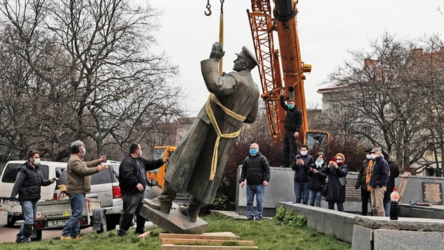 Das Denkmal für den Sowjet-Marschall Iwan Konew aus dem Zweiten Weltkrieg im Prager Distrikt 6 Bubenec wurde am 3. April 2020 entfernt. Erstellt wurde es 1980 und sollte an dessen Rolle bei der Befreiung der damaligen Tschechoslowakei von den Nazis erinnern.