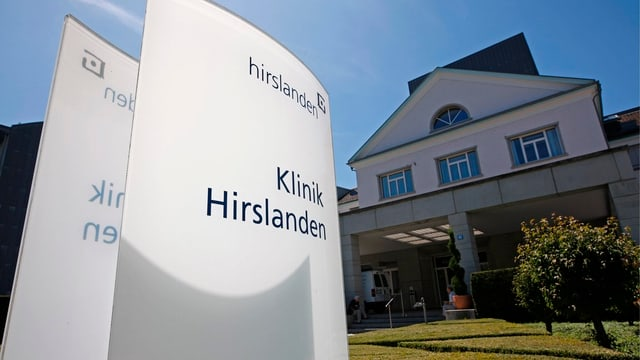 Klinik Hirslanden im Hintergrund, beschriftete Tafel vorne