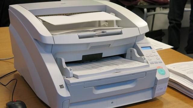 Ein Scanner auf einem Tisch.