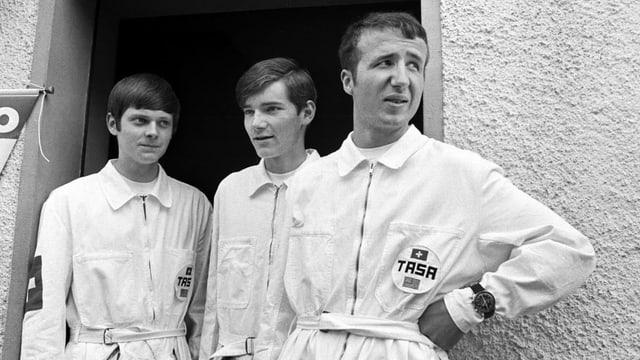 Drei Männer in weissen Overalls