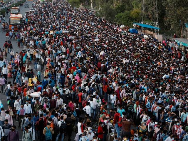 Hunderte Menschen