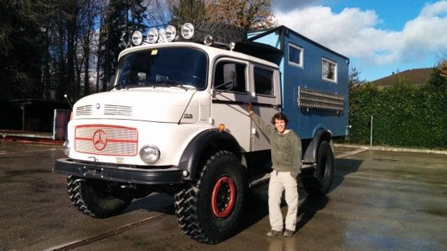 SRF 3-Hörer Manu Weibel steht mit seinem Riesencamper auf einem Parkplatz