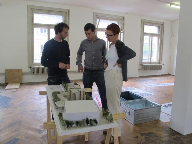 Noah Baumgartner und Daniel Christen in einer Besprechung mit ihrer Grafikerin