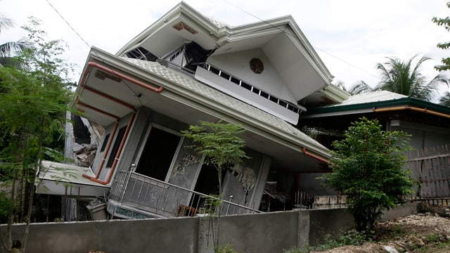 Schiefes Haus nach dem Erdbeben auf den Philippinen von 2013