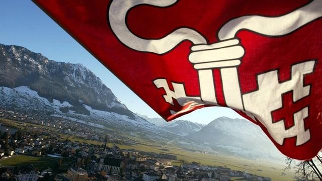 Die Nidwaldner kantonsfahne weht über dem Hauptort Stans
