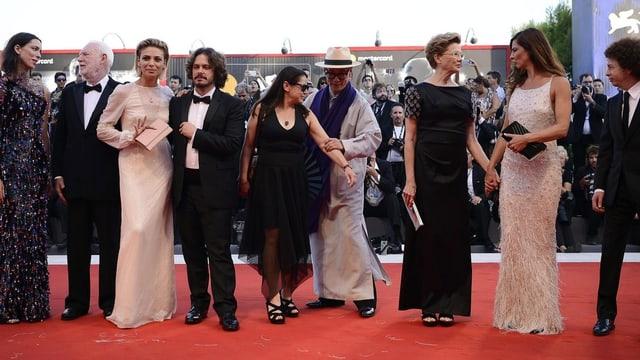 Gruppenbild der Jury in Venedig, sie wird dieses Jahr präsidiert von der amerikanischen Schauspielerin Annette Bening (3.v.r.)