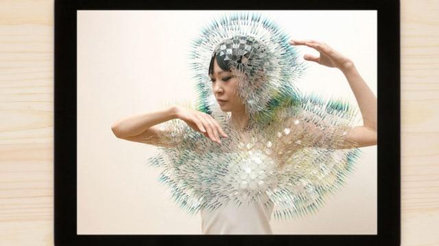 Die japanische Designerin Maiko Takeda trägt einen ihrer Entwürfe.