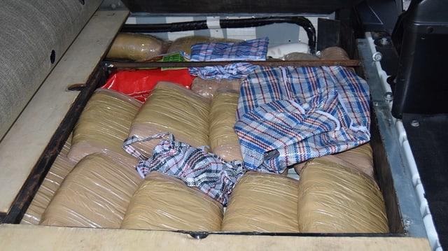Viele Plastiksäcke und bunte Tücher