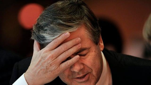 L'anteriur schef da la Deutsche Bank, Josef Ackermann, tegna ses maun avant fatscha.