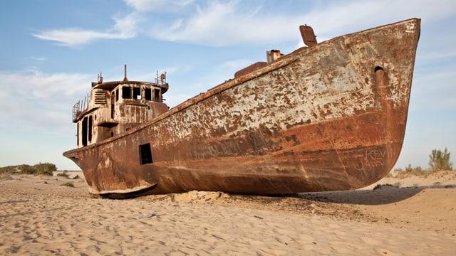 Ein grosses Schiff sitzt auf dem Trockenen.
