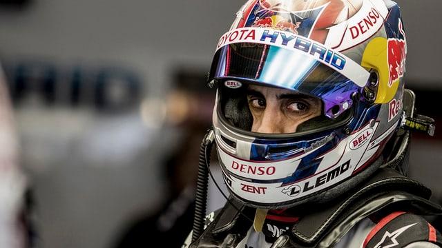 Sébastien Buemi blickt mit seinen dunklen Augen aus dem offenen Helmvisier hervor.