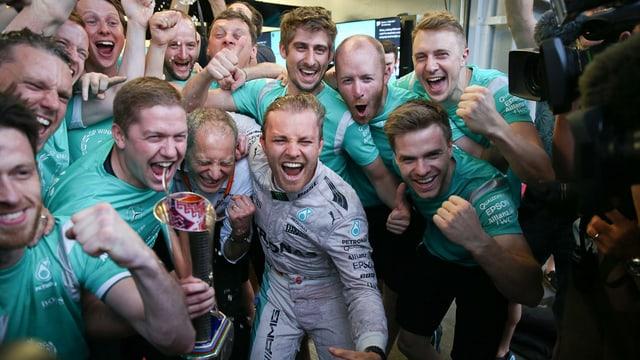 Nico Rosberg festivescha cun ses team da Mercedes