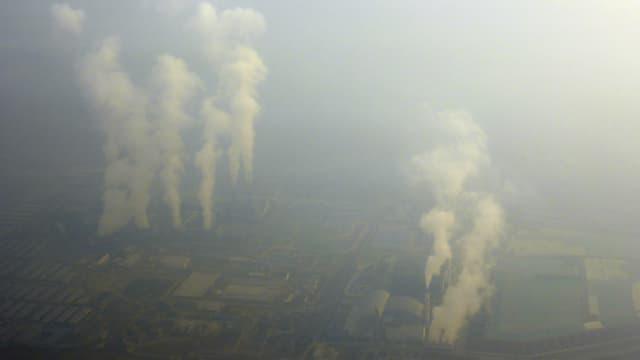 Rauch aus Fabrikschloten über Peking