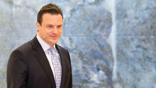 Patrick Frost, CEO von Swiss Life, auf dem Weg zum Rednerpult an einer Pressekonferenz.
