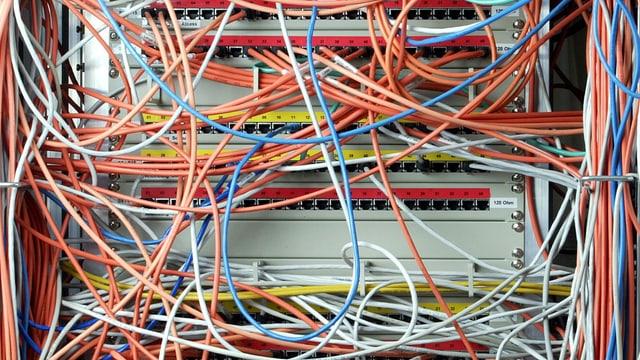 Viele farbige Kabel und ein Computer.