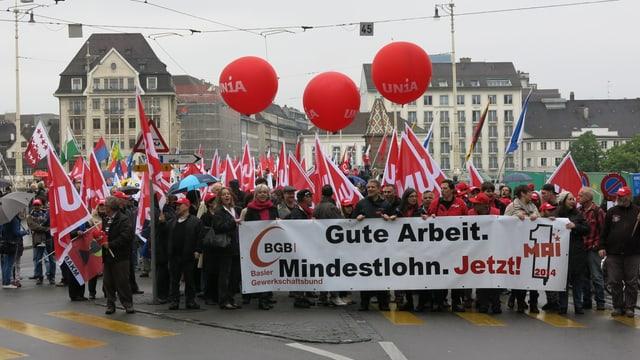 Die 1.-Mai-Demonstration auf der Mittleren Brücke.