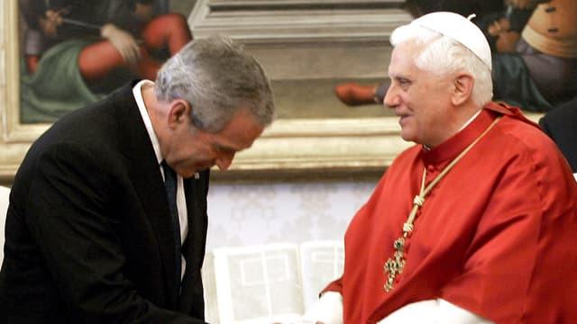 Der frühere US-Präsident George W. Bush verneigt sich vor Papst Benedikt XVI.