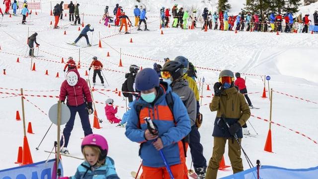 Skifahrer beim Anstehen vor einem Skilift.