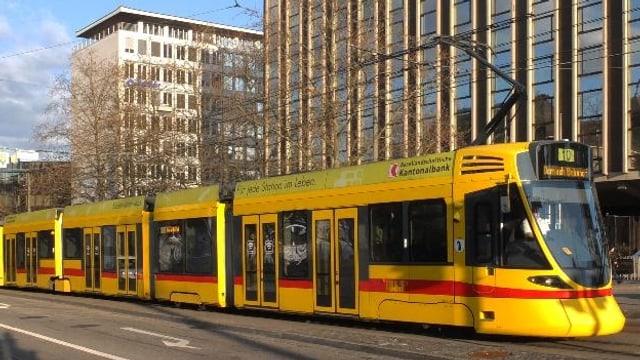 Gelbes Tram Nummer 10 vor Hotel Hilton am Bahnhof SBB.