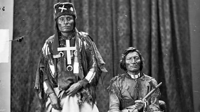 Die Cheyenne-Häuptlinge Little Wolf (links) und Dull Knife in einer historischen Aufnahme.