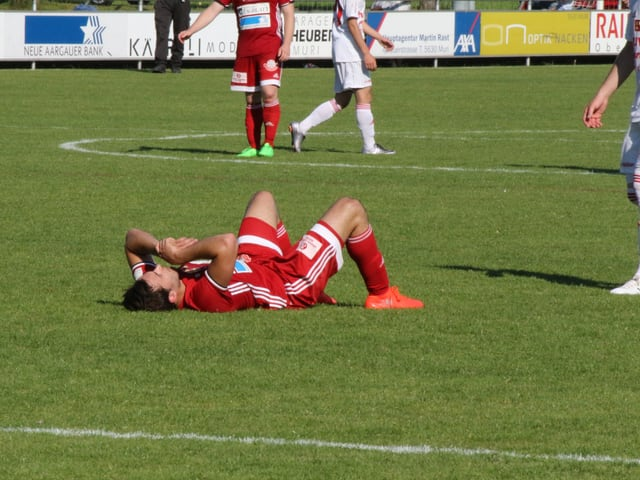 FC Baden Spieler liegt auf dem Rasen