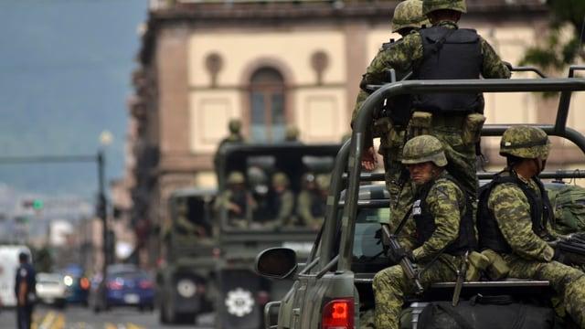 Soldaten auf Lastwagen