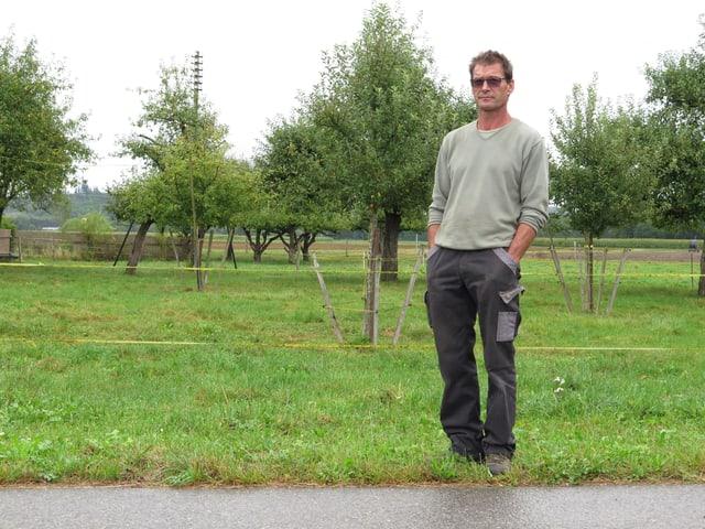 Bauer Hanspeter Möri steht am Rand seiner Obstplanatage.