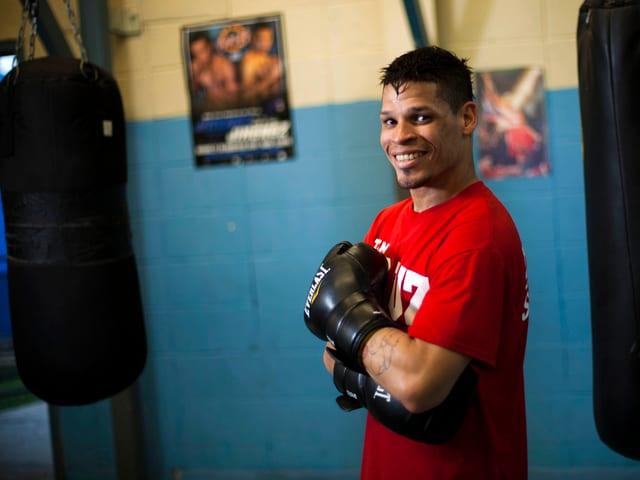 Boxer Orlando Cruz posiert im Boxkeller.