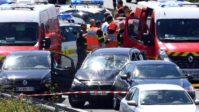 BMW umringt von Polizei auf Autobahn.