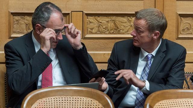 Christophe Darbellay und Martin Landolt diskutieren im Parlament.