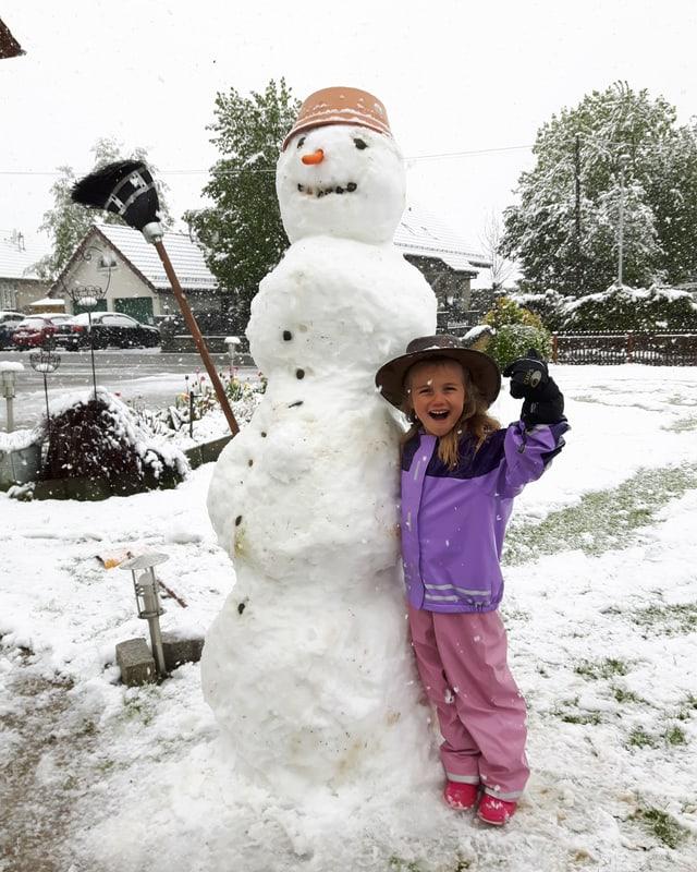Melanies Schneemann überragt sie um zwei Köpfe.