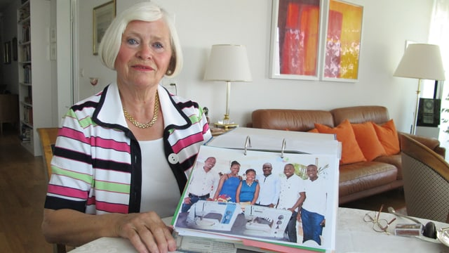 Brunhilde Rimle zeigt Foto in einem Ordner