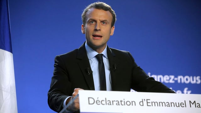 Purtret d'Emmanuel Macron durant in pled.