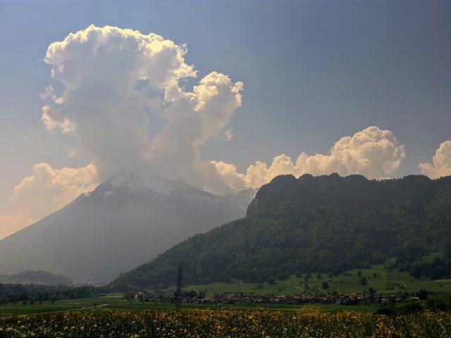 Grosse Quellwolke über dem Niesen, sonst noch blauer Himmel.