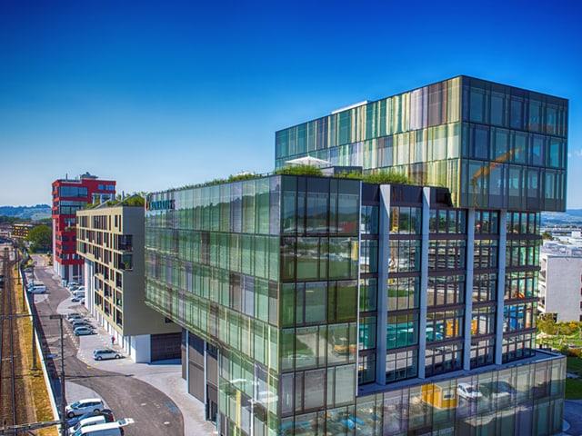 Auch Novartis hat sich gleich bei den Geleisen neben der Hochschule Luzern einquartiert.