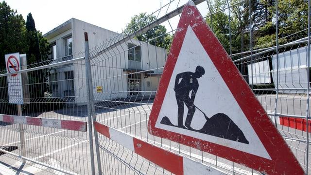 Symbolbild: Baustellen-Signet und Baugitter.