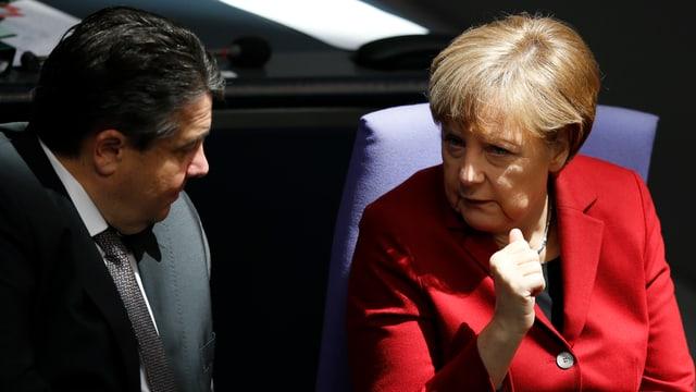 Kanzlerin Merkel und Sigmar Gabriel im Gespräch, aufgenommen im Bundestag