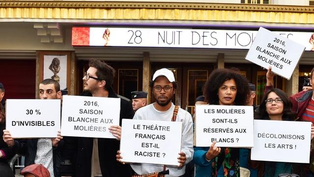 Das Kollektiv «Décoloniser les arts» demonstriert vor dem Folies Bergère.
