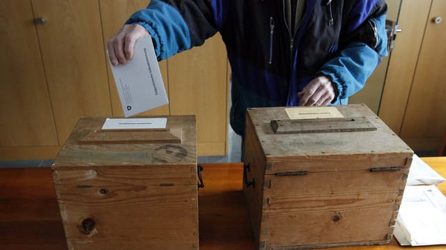 Wähler an der Urne
