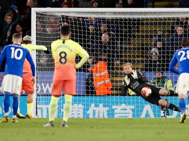 Leicester-Goalie Kasper Schmeichel pariert Penalty.